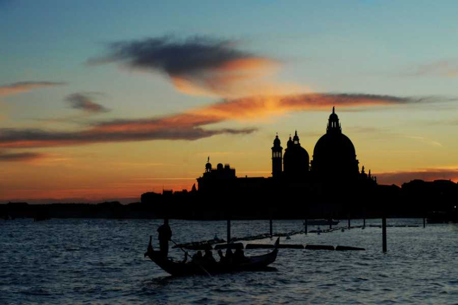 Venice Tours srl The dreamy gondola by night