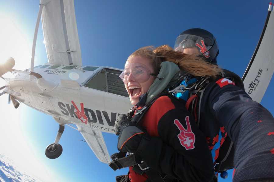 Skydive Switzerland GmbH 비행기에서 스카이다이빙