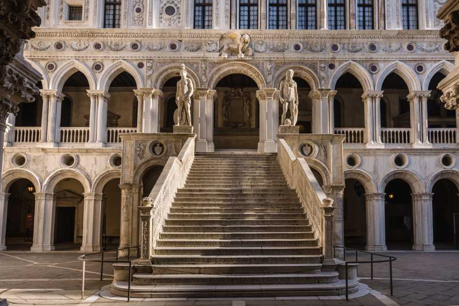 Venice Tours srl Combo 9: Charming gondola and Doge's Palace with guide book (skip the line)