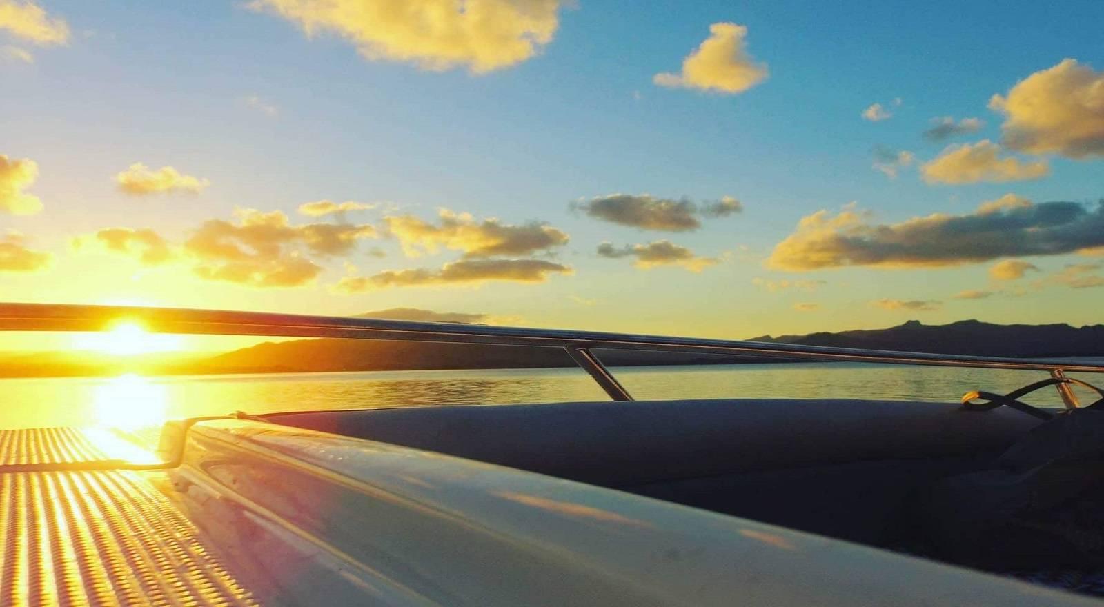 Exklusive Schnellbootfahrt mit Sonnenuntergang im Süden