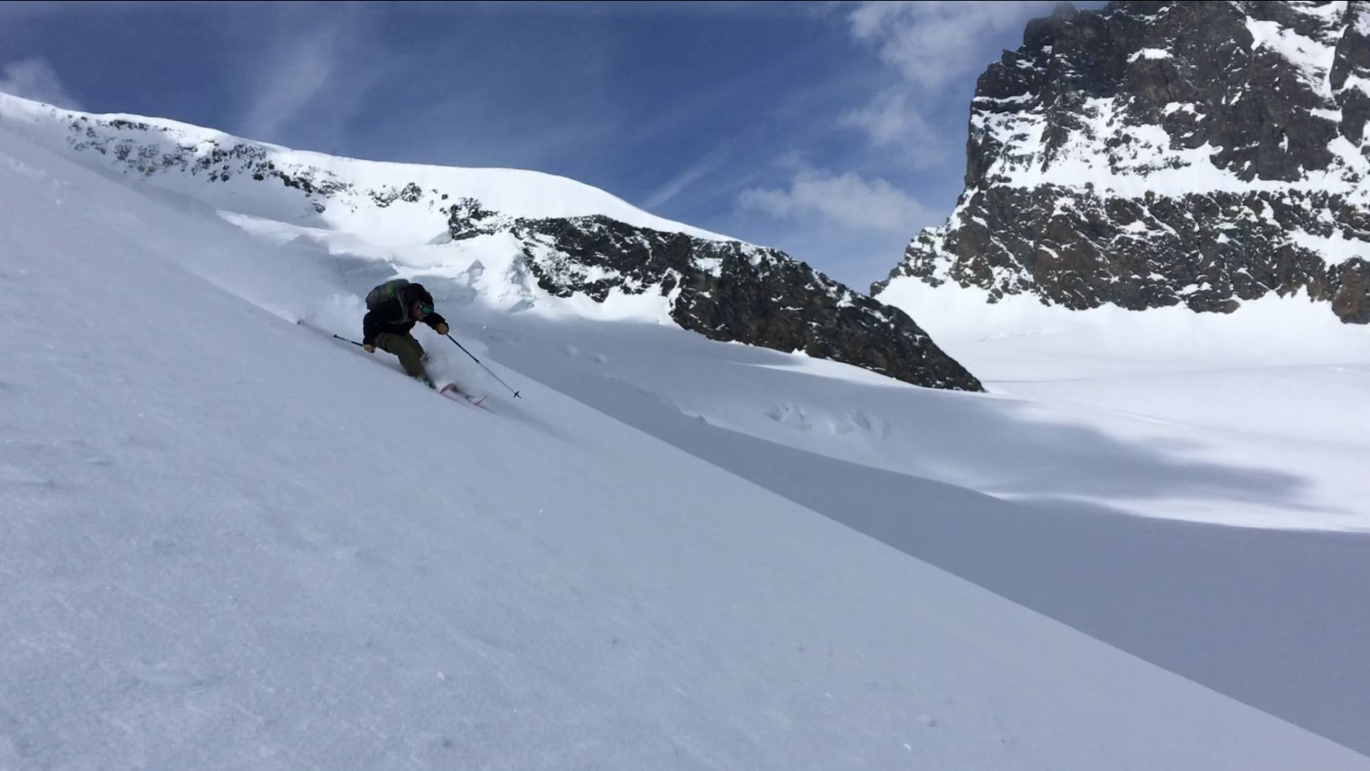 Klettergurt Für Skitouren : Weibliche bergsteiger mit rucksack helm und klettergurt