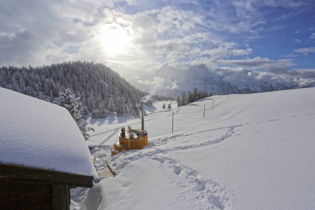 Andermatt Adventure - Crown of Alps AG Schneeschuhwandern mit Fondueplausch & Bad