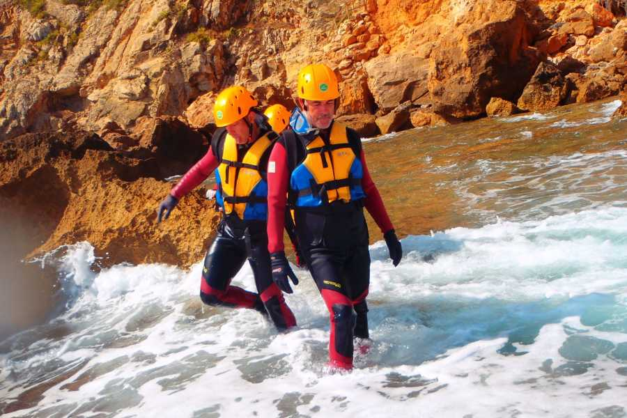 TURURAC. Turismo Activo y de Aventura Coasteering Denia. Emotion between Waves and cliffs.