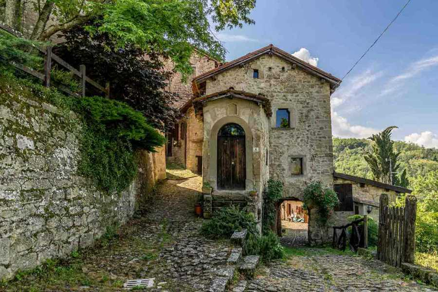 Enjoy Appennino Rocchetta Mattei and old villages