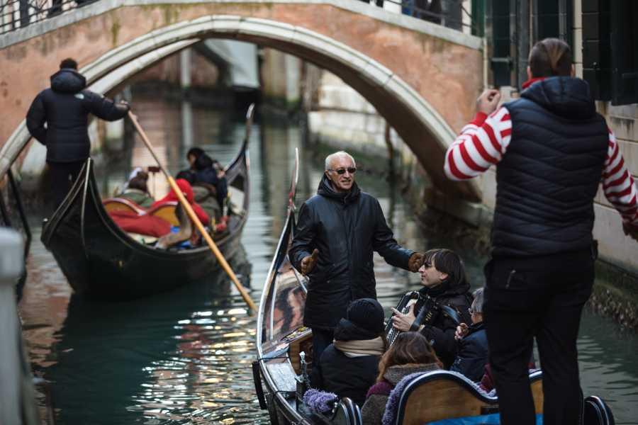 Venice Tours srl Serenata in Gondola e cena romantica
