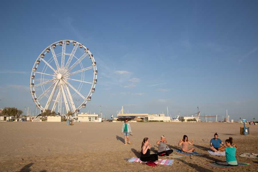 Promozione Alberghiera Yoga on the beach at sunrise and sunset