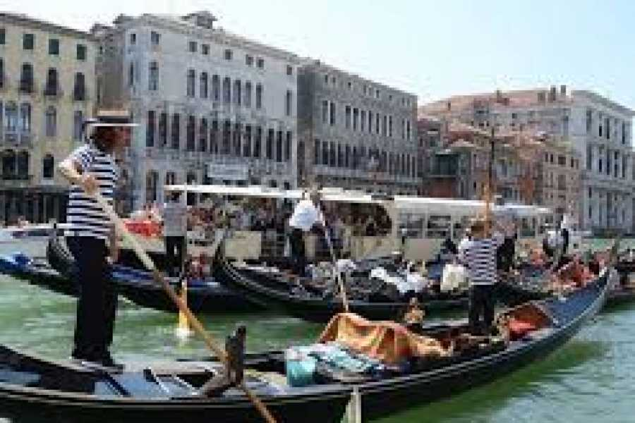 Italy on a Budget tours CLASSIC VENICE GONDOLA RIDE