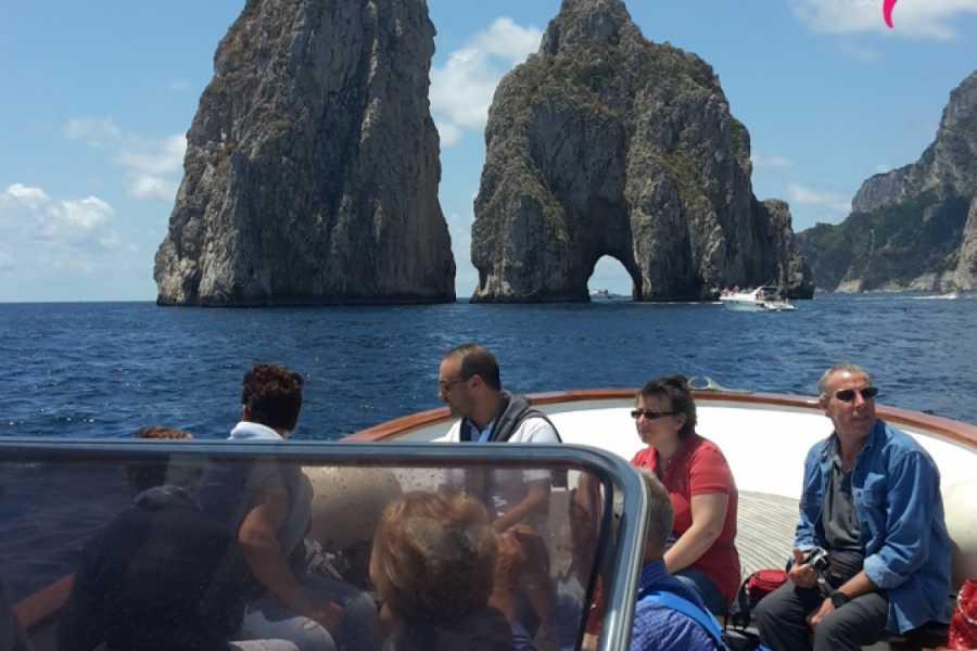Campania Food & Travel Capri vista dal mare: giro turistico in barca