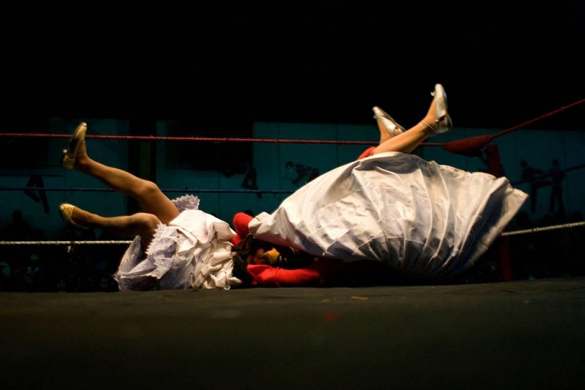 Red Cap LUTTE DES CHOLITAS(Les femmes qui s'habillent dans la tenue traditionnelle entrent dans le ring de lutte).