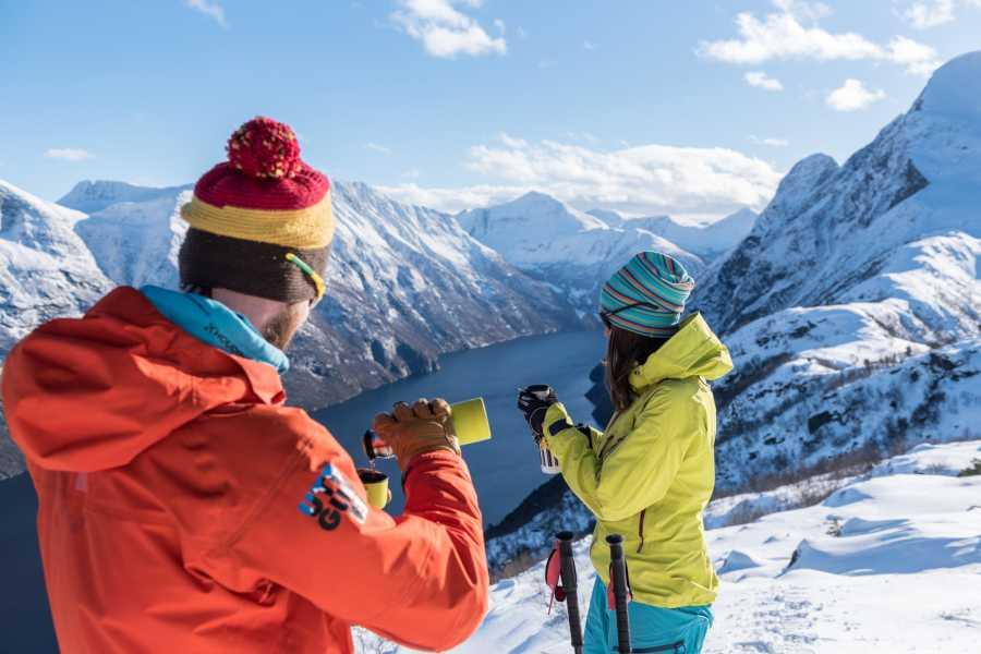 Uteguiden AS Snowshoe hike - Lievarden