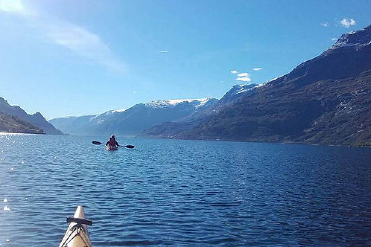 Stana Gard Opplev Hardangerfjorden fra kajakk.