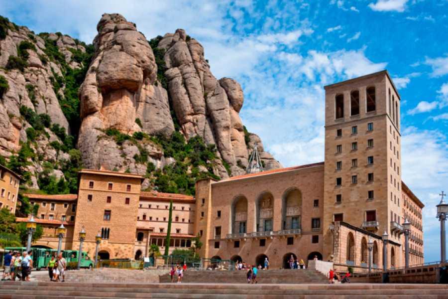 ICONO Serveis Culturals Tour Montserrat + La Pedrera + Sant Benet + lunch