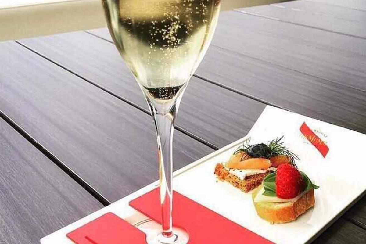 e-Tourism t/a SimplyTravel GIMC Champagne  Picnic-Wagga Garderns 27 Sept 2017