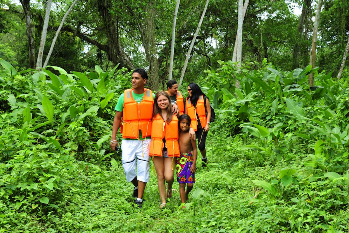 Aventuras 2000 PIANC18 - Embera Indigenous Community