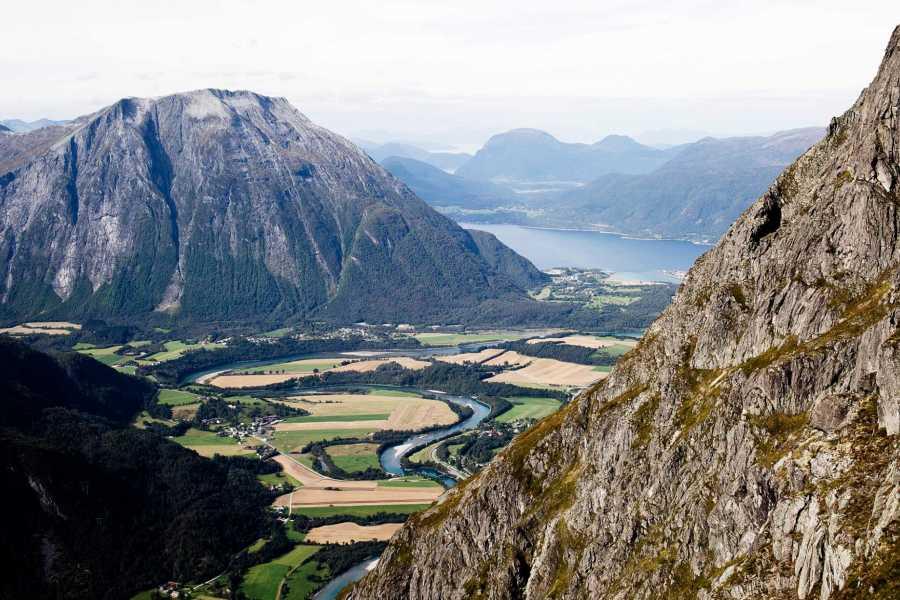Hotel Aak Romsdalseggen + Trollstigen med guide