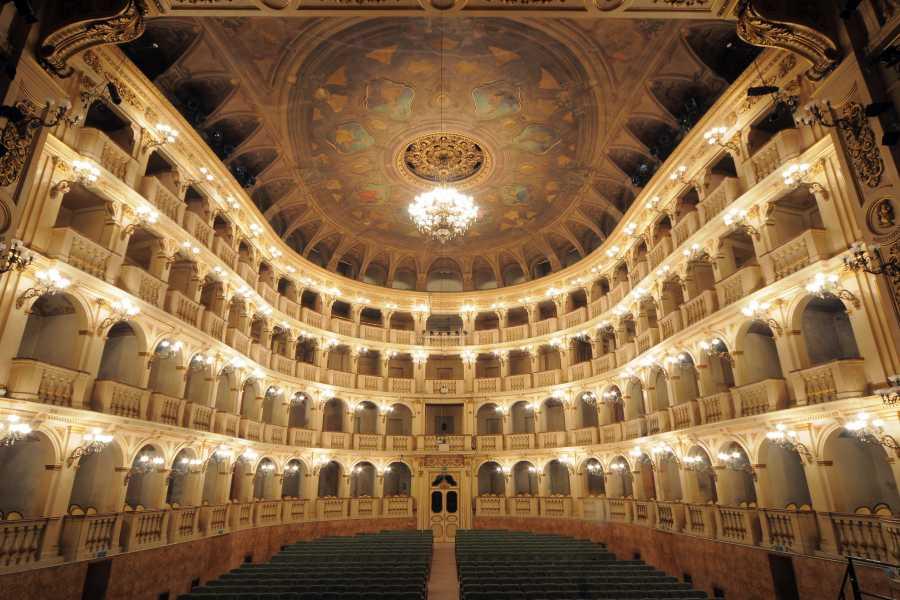 Bologna Welcome Tour a piedi nel centro storico e opera al Teatro Comunale di Bologna
