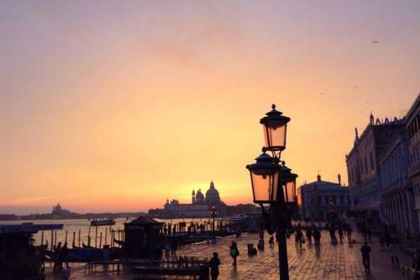 Emocionante Tarde en Venecia: Palacio Ducal + Tour a pie + Viaje en gondola