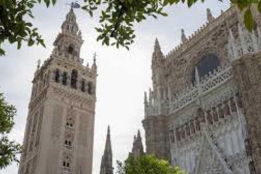 NHUE Sevilla: Kathedrale und Giralda überspringen die Linie in kleinen Gruppen.