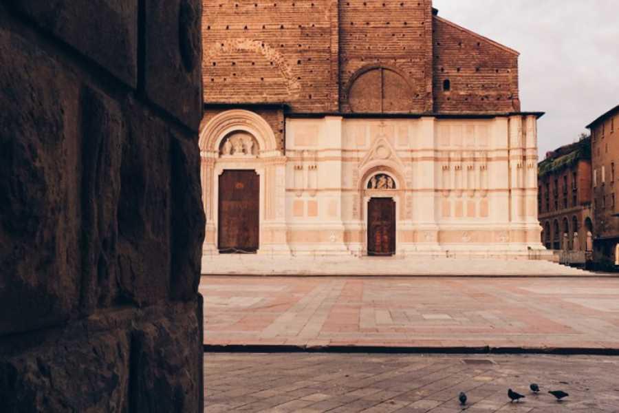 Bologna Welcome Photography tour: ombre, luci, colori, emozioni tra le architetture di Bologna
