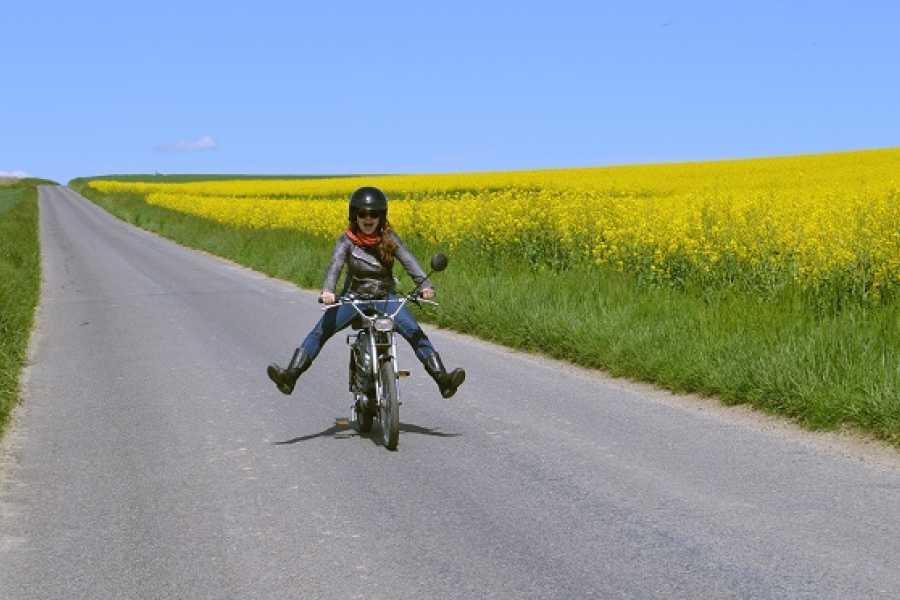 Murten Tourismus / Morat Tourisme En boguet entre filles