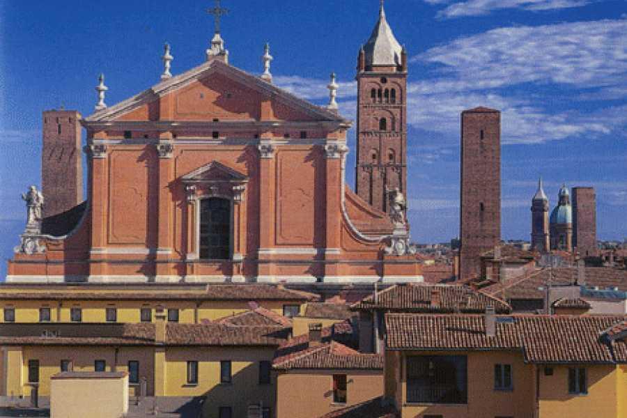 Bologna Welcome Cattedrale di S.Pietro vs. Basilica di S.Petronio