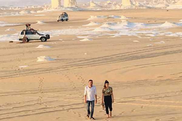EMO TOURS EGYPT VIAGEM DE ACAMPAMENTO DURANTE A NOITE EM BRANCO E PRETO DO DESERTO DO CAIRO
