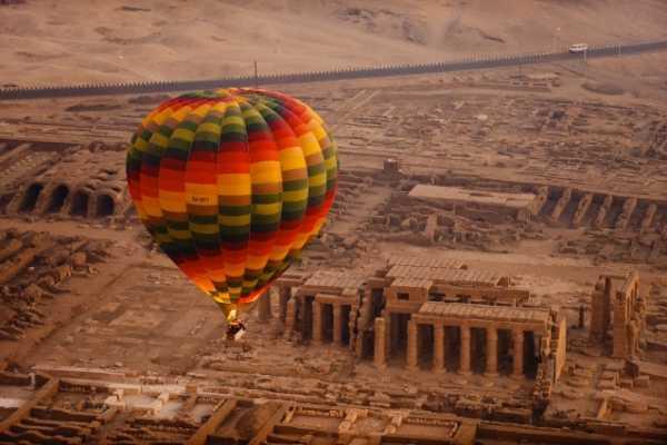 EMO TOURS EGYPT LUXOR BALLOON D'AIR CHAUD BALADE AVEC LE MEILLEUR MONTGOLFIÈRE ENTREPRISE EN LUXOR