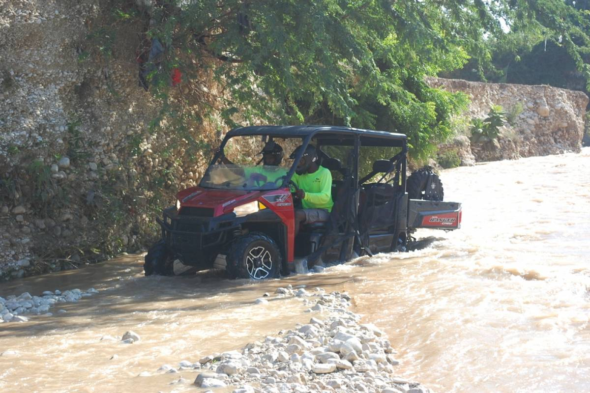 Marina Blue Haiti Aventura 4x4 en el rio Montrouis