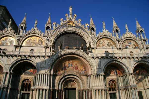 Combo tour: Grand Canal Gondola Ride (skip the line) + The Golden Basilica (skip the line)