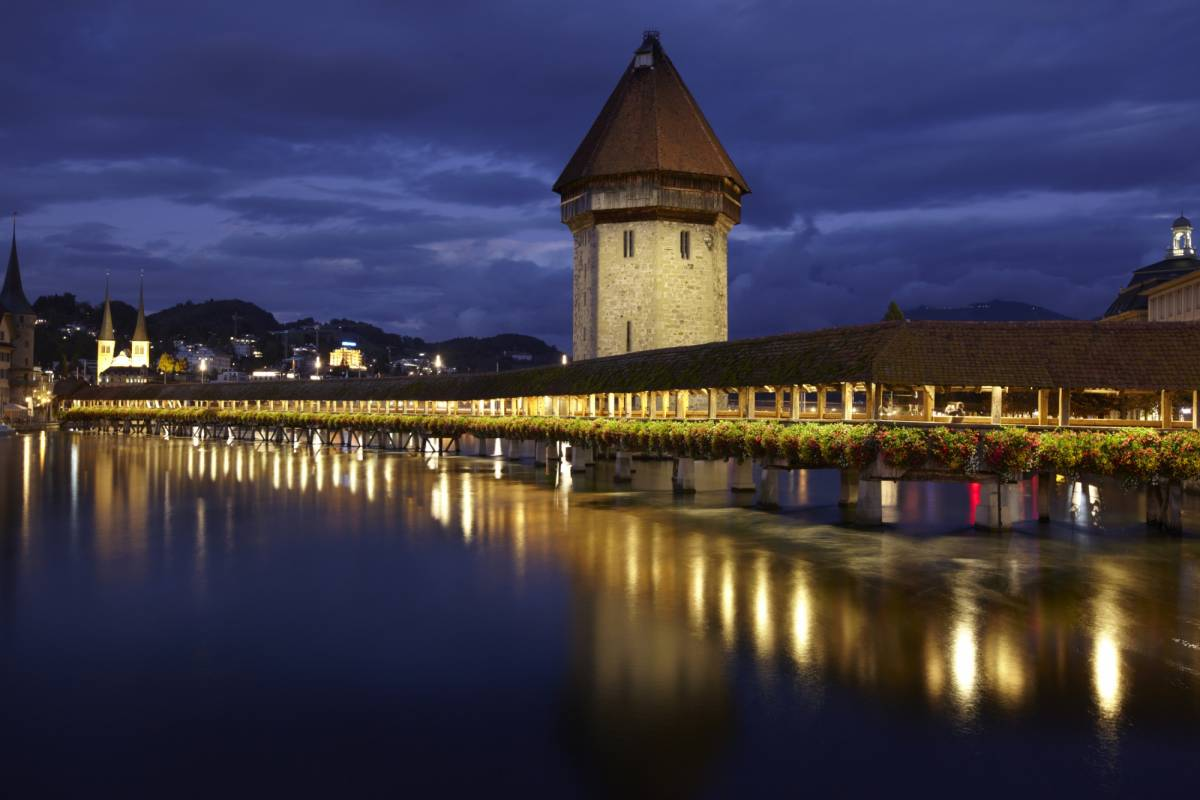 Best of Switzerland Tours Paseo con el vigilante nocturno en Lucerna