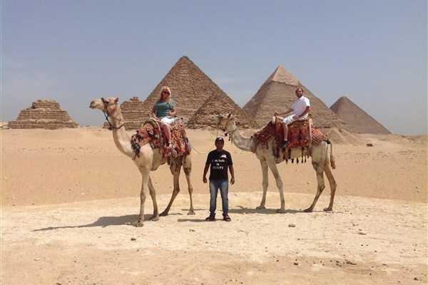 EMO TOURS EGYPT Excursión de un día a las pirámides de Giza Con paseo en camello y el Museo Egipcio