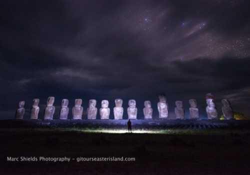 La Vía Láctea ilumina el cielo sobre Ahu Nau Nau, Playa de Anakena.