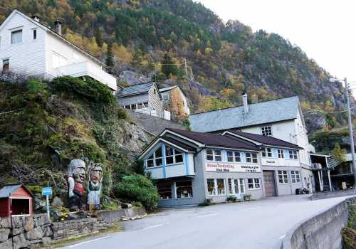Stana Gard lays by the fjord 500 m north of this building