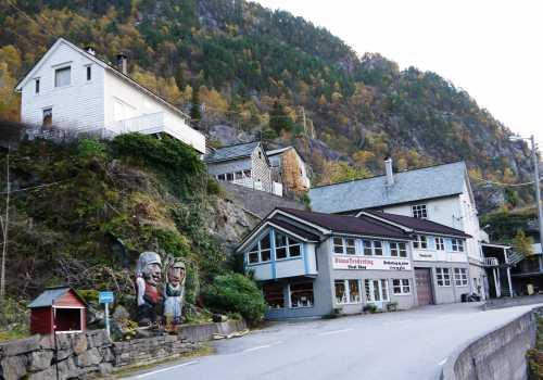 Stana Gard ligger ved fjorden 500 meter nord for denne bygningen