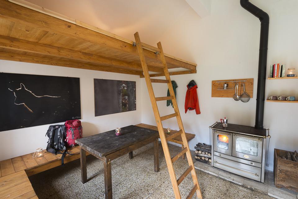 L'ampia e luminosa sala dello stazzo, con cucina a legna e soppalco
