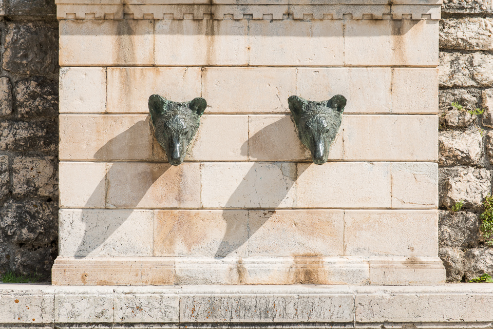La fontana degli Orsi, posizionata all'ingresso nord del centro storico