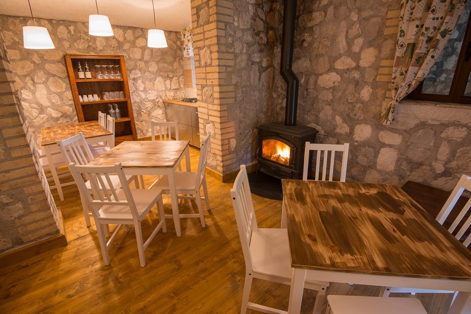 Un punto ristoro caldo e accogliente in grado di ospitare piccoli gruppi di escursionisti